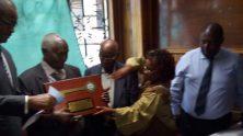 Governor-Kidero-giving-Gikonyo-the-ceremonial-key-to-the-city.-2-600x440-222x124.jpg