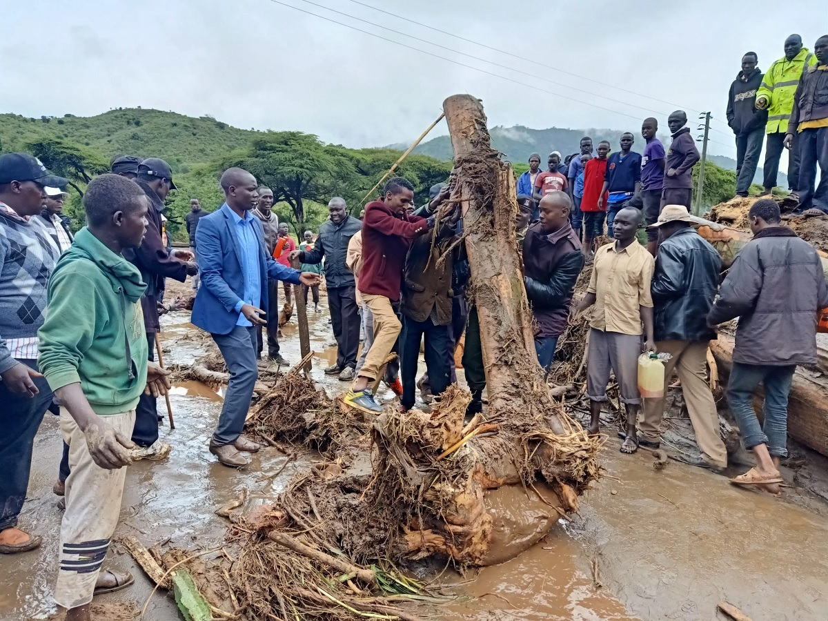 Residents removing logs that had blocked some roads. The American government has chosen to work with the Red Cross bypassing the government in giving aid to the affected residents. www.businesstoday.co.ke