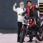 Hero MotorCorp Managing Director Dr Pawan Munjal (left) with Bollywood actor Shak Rukh Khan at an event to celebrate the 100 million cumulative production milestone on January 21, 2021.