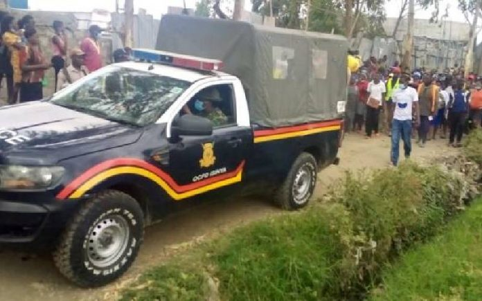 Police officers from Kitengela Police Station drive off after loading the body of 8-year old Shantel Nzembi into their vehicle. Shantel was found killed and her body dumped in a thicket in Kitengela just days after her parents reported her missing. [Photo/ Peterson Githaiga]