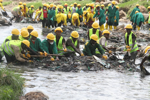 Nairobi County workers take part in a clean-up exercise in Nairobi River at Korogocho Slums in Nairobi, capital of Kenya, May 15, 2019. An Attempt by the State to take control of county employees' pension fund faces opposition on multiple fronts. [Photo: Xinhua/Fred Mutune]